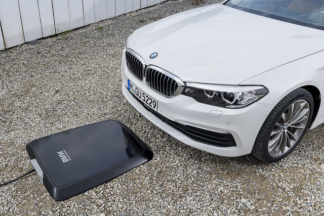 "alt=""bmw-530e-phev-wireless-charging-4"""