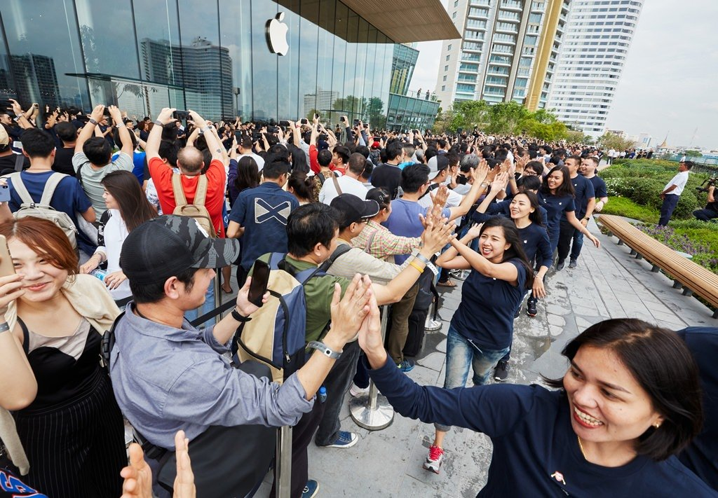 "alt=""Apple Store Iconsiam"""