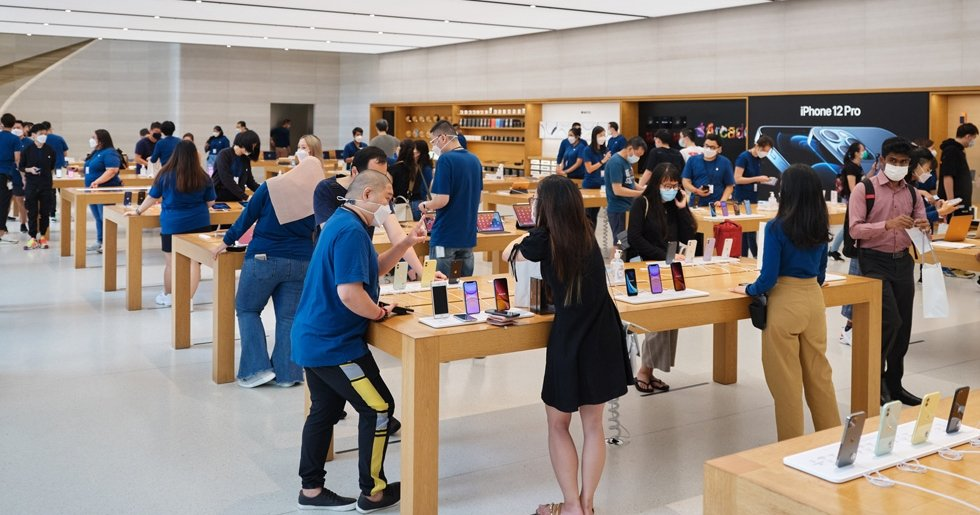 """alt=""""Apple Store 1st Day iPhone 12"""""""