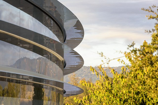 """alt=""""apple-park-photo-1-building-trees"""""""