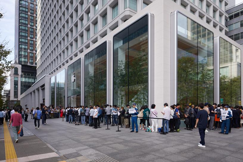 """alt=""""Queue at Apple Store Marunouchi"""""""