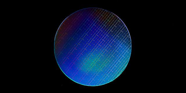 """alt=""""The silicon wafer to hold spin qubits"""""""