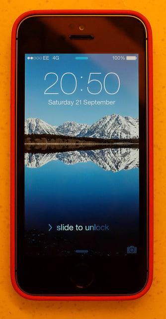"alt=""With case, lock screen"""